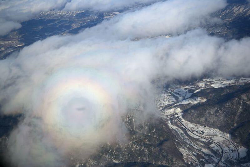 飛行機から見える雲に写ったブロッケン現象の写真