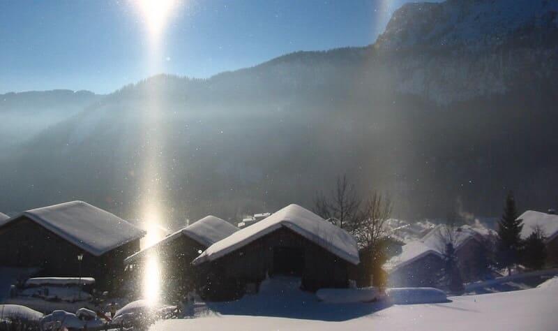 雪の積もった山で撮影された映日と映幻日の写真