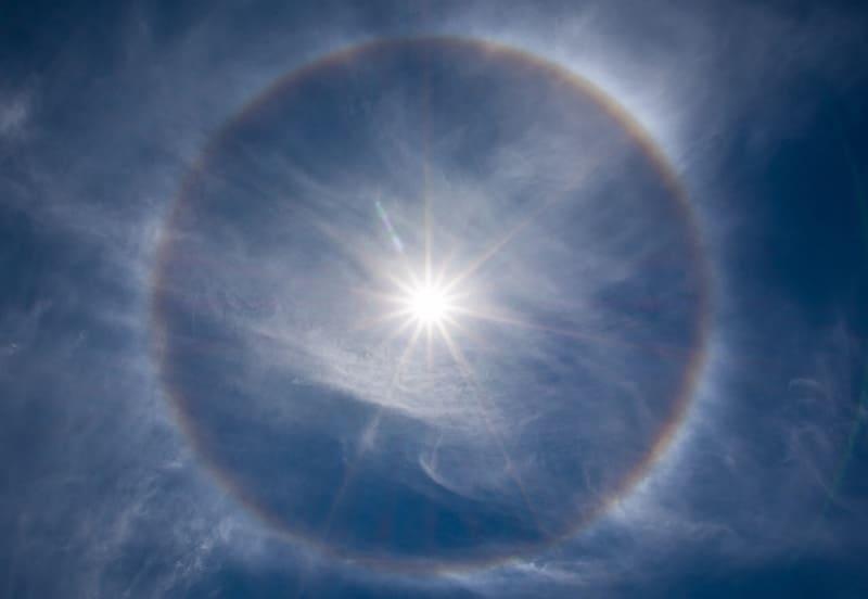 巻層雲にきれいに表れた暈の写真