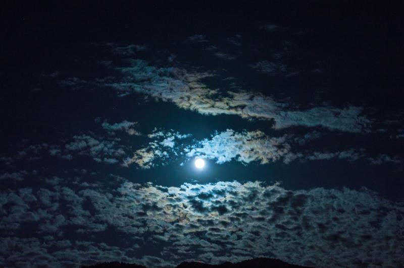 雲に映った月の冠光