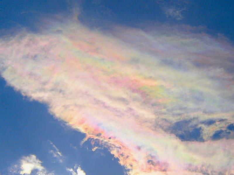広い面積に現れている彩雲の写真