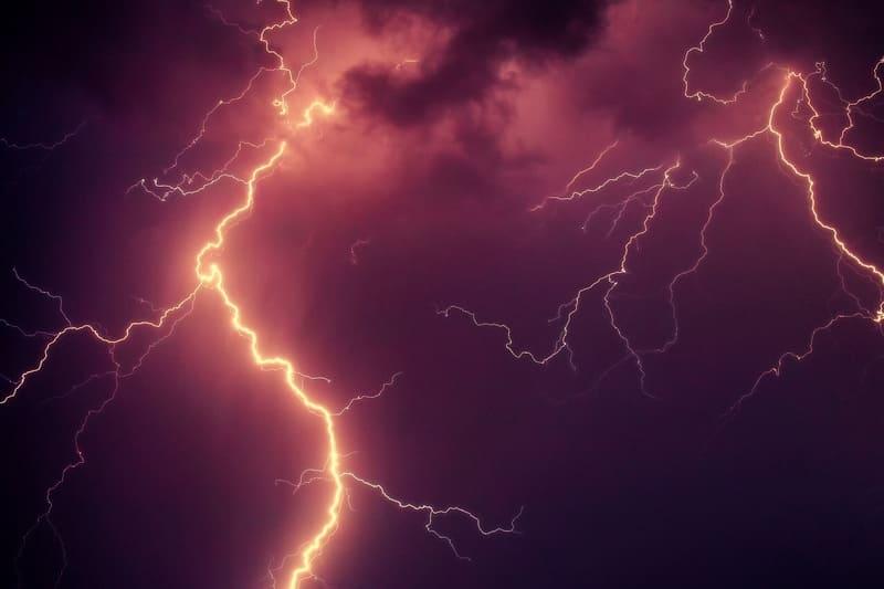 太くまぶしい雷の写真