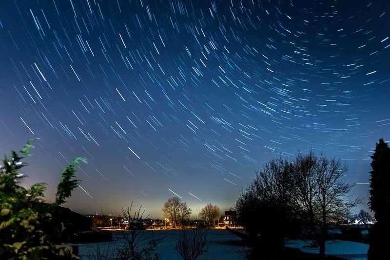 長時間露出で撮影された星空の光跡の写真