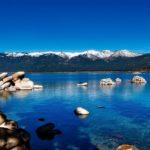 青空と青い湖の写真
