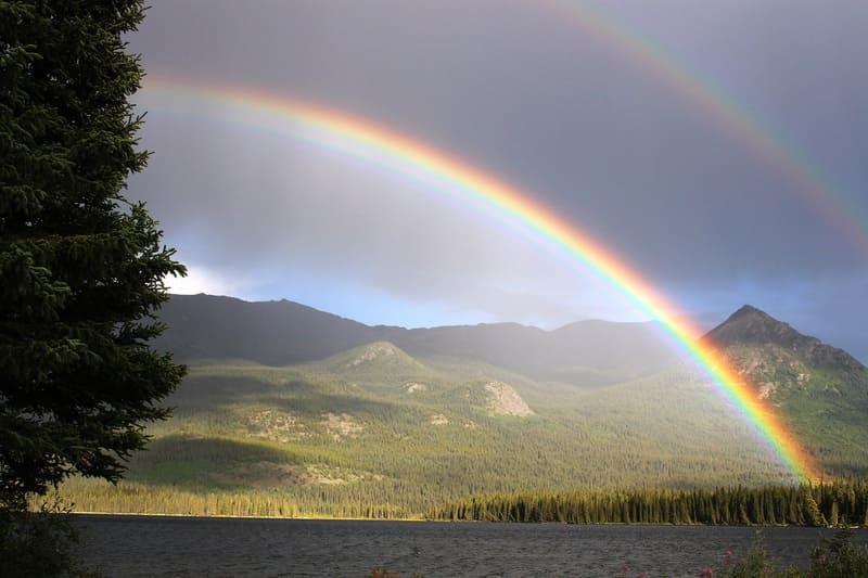 湖の上に浮かぶ虹の写真