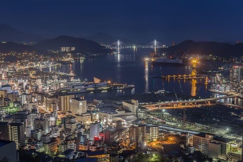 都会の港町の夜景