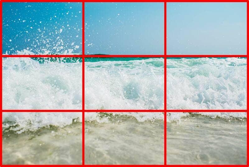 三分割構図になっている海の波の写真