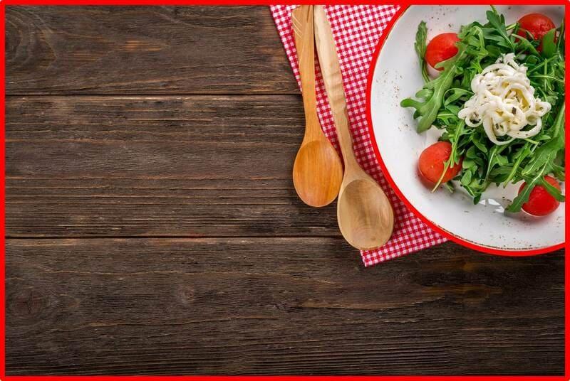 テーブルに乗ったサラダの写真
