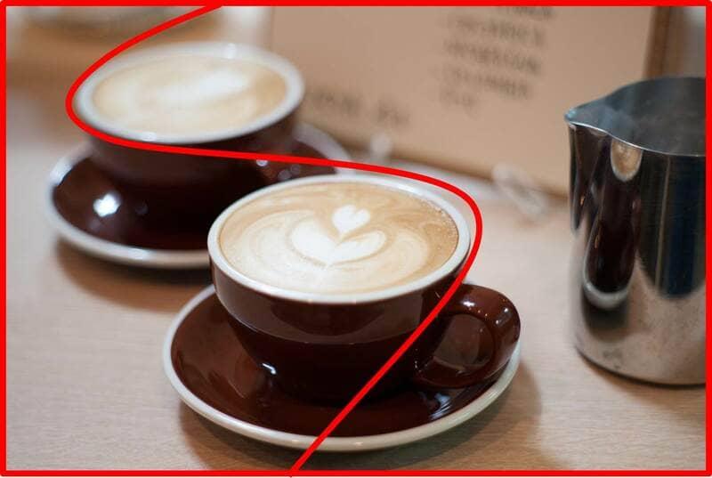 S字を意識したコーヒーの写真
