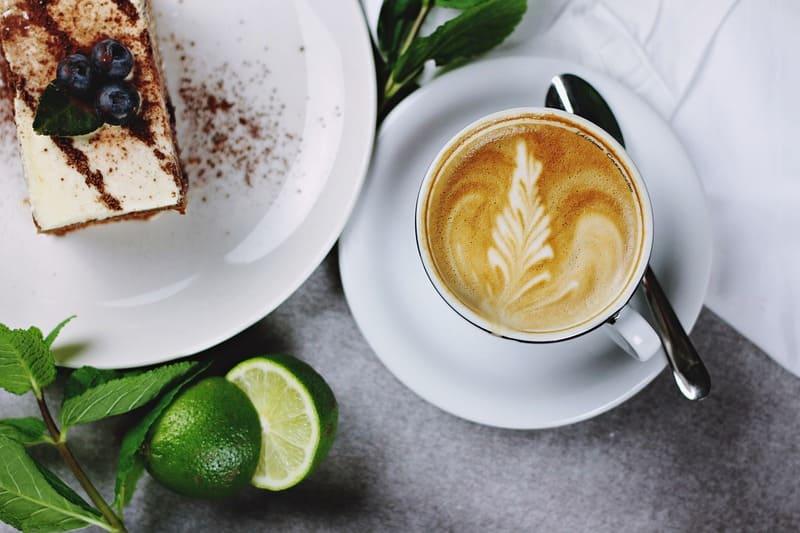 ケーキとコーヒーとカボスの写真