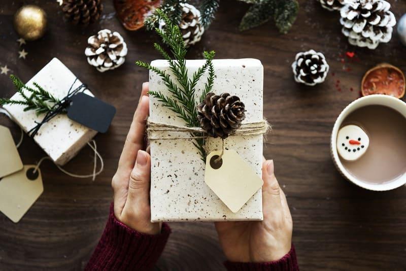 女性が持っているプレゼントの写真