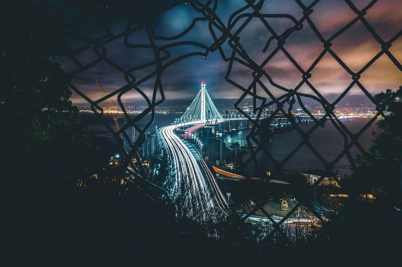 フェンスから覗いたブリッジの写真