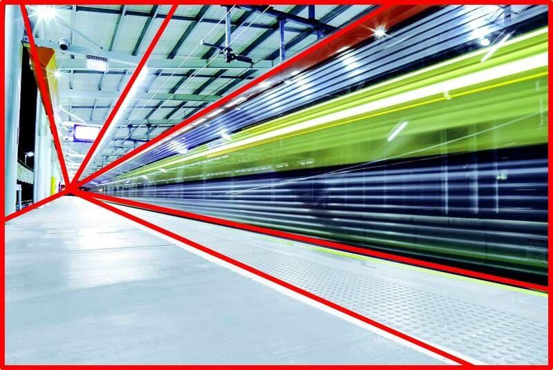 放射構図になっている走っている電車の写真