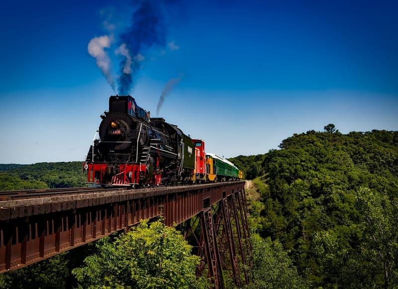 橋の上の機関車の写真