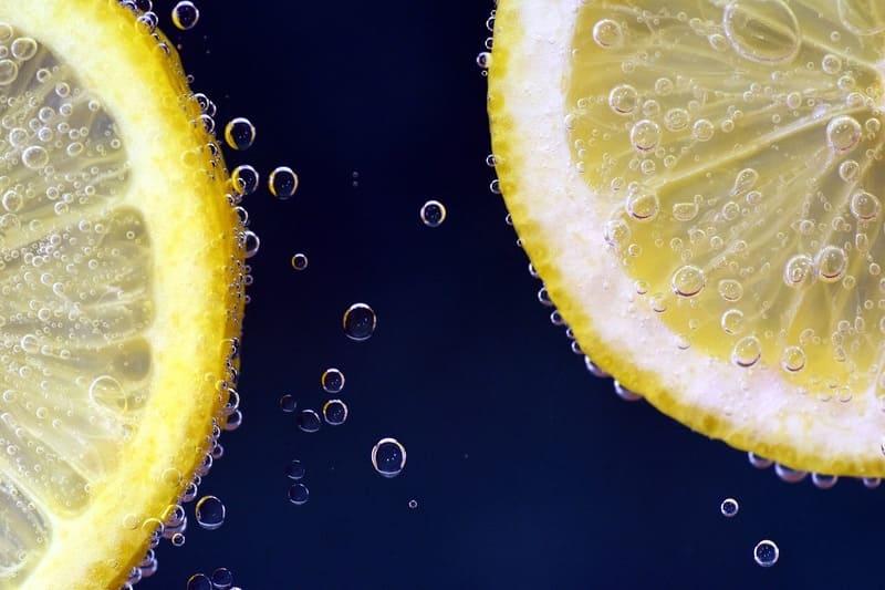 炭酸水に浮かぶレモンの写真