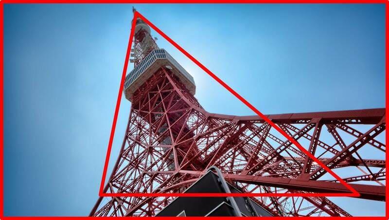 電波塔を下から見上げた写真