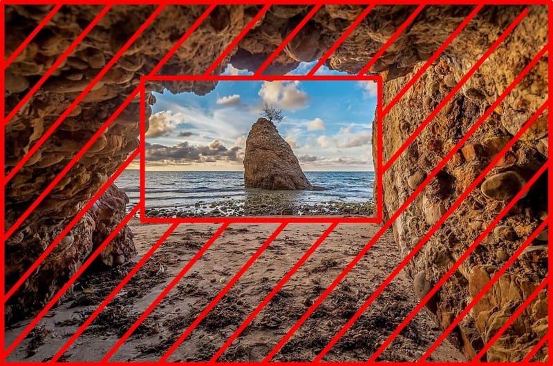 洞窟から覗いた海の写真