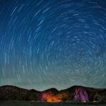 比較明合成で作成された星空の光跡の写真