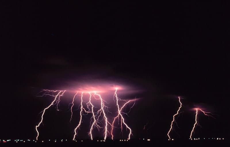 落雷が何本も写っている写真