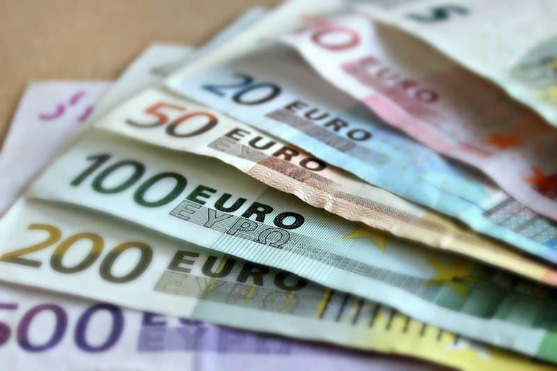 ユーロ札が金額別に順番に並べられている写真