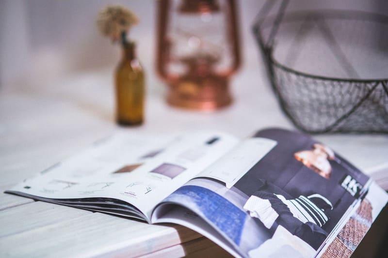 机の上に置かれた広げられた雑誌