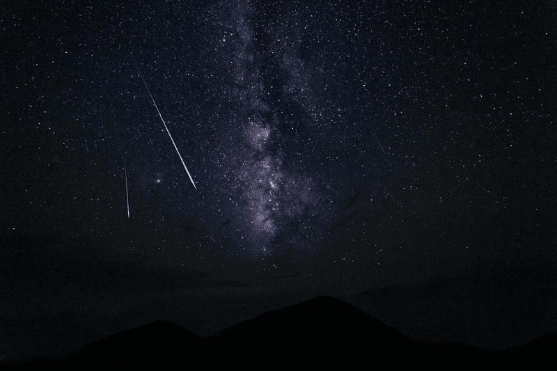 天の川と複数の流れ星