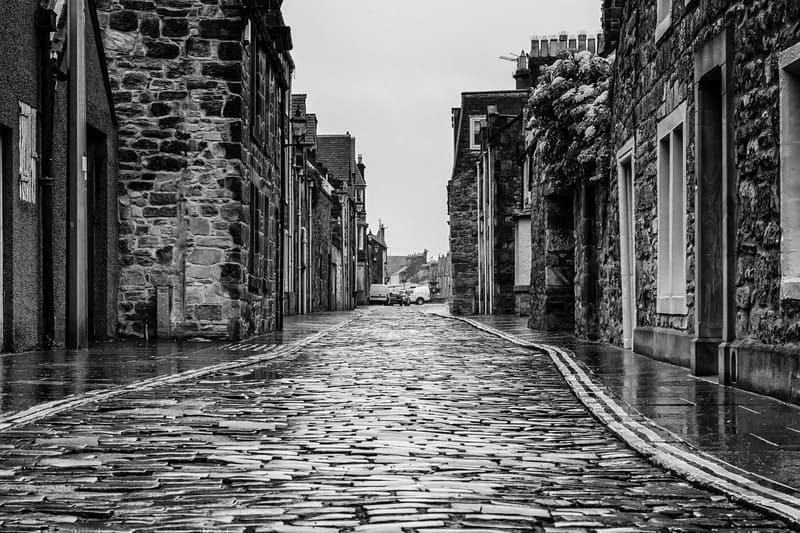 雨の日の人のいない街中のモノクロ写真
