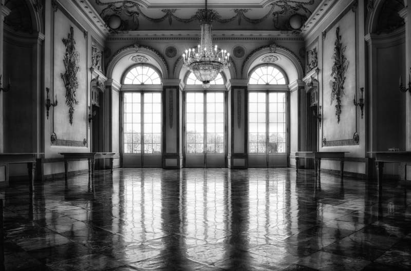 大きな窓のある室内から撮ったモノクロ写真