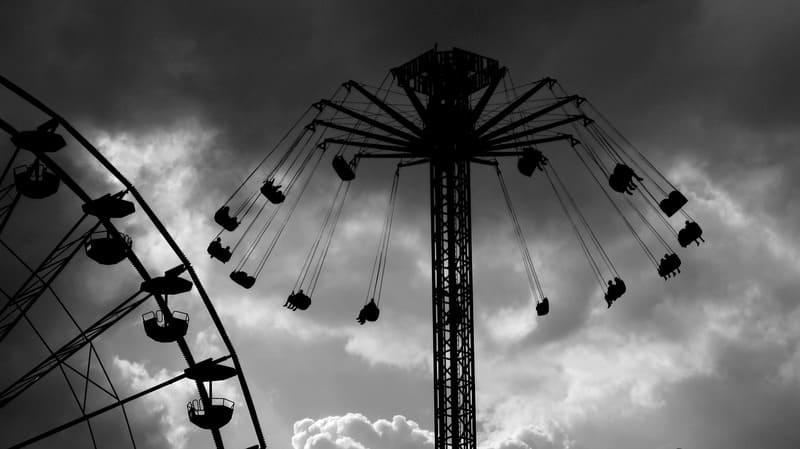 遊園地のモノクロ写真