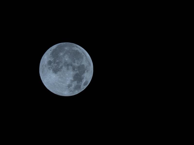 望遠レンズで撮られたブルームーンの写真