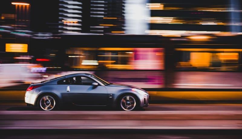 夜景を走る車の流し撮り写真