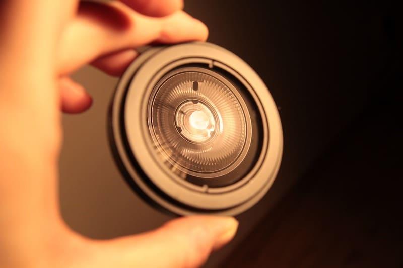 電球が反射したフィルターの写真
