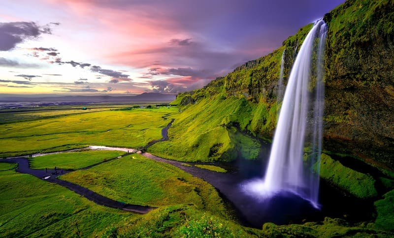 大自然に広がる滝を横から長時間露出で撮った写真