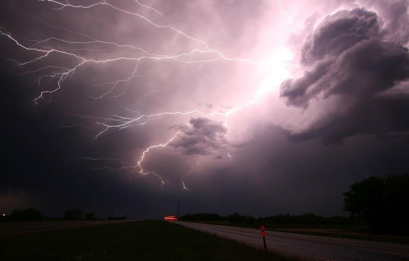 田舎道の上空に発生した巨大な雷