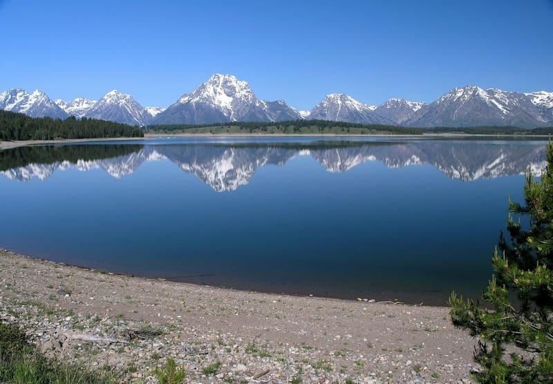 湖に写る山脈の写真