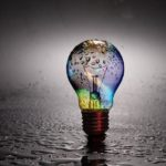 雨の中の電球の写真