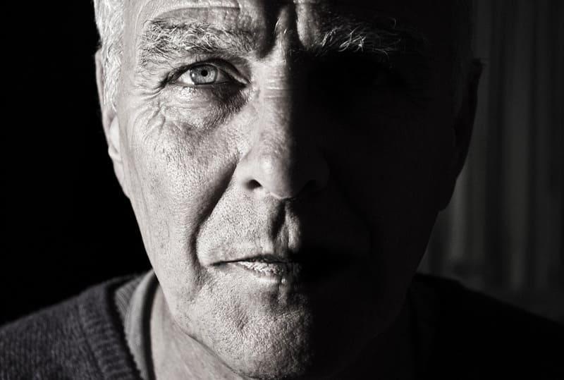 モノクロの老人の顔写真