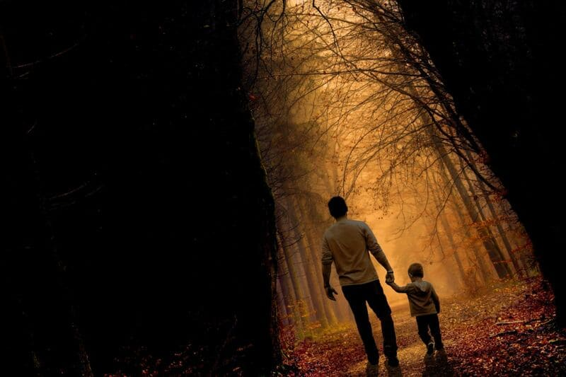 親子で手をつないで歩いている写真