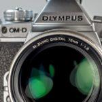 単焦点レンズを付けたオリンパスのミラーレス一眼