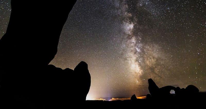 岩場で撮影された天の川と星空の写真