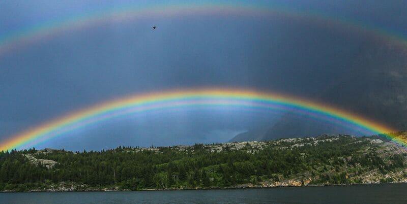 条件が非常によく過剰虹が表れている写真