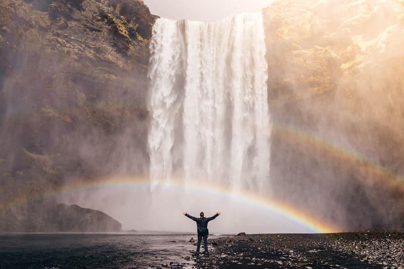 巨大な滝に現れた虹の写真