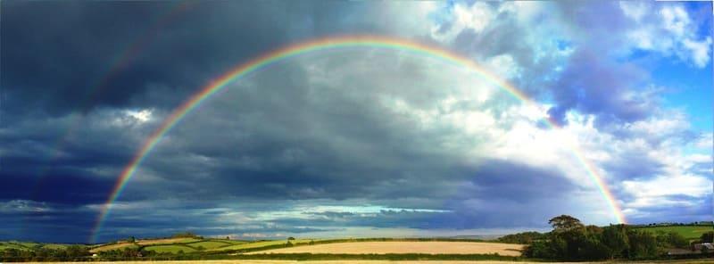 広角レンズで撮られた大きく綺麗な虹