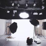 スタジオに各種レフ板が設置されている写真