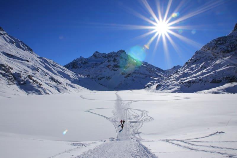 雪山と太陽の光芒の写真