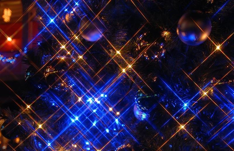 クリスマスツリーの電飾をクロスフィルターで撮った写真
