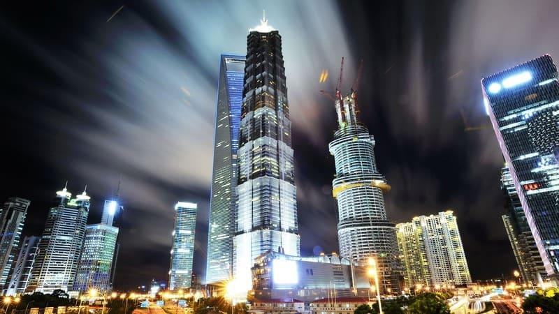 高層ビルの立ち並ぶ夜の街並みの写真