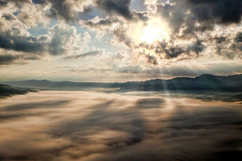 天使のはしごと雲海の写真