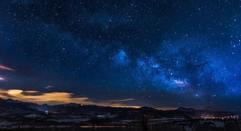 街並みと星空の写真
