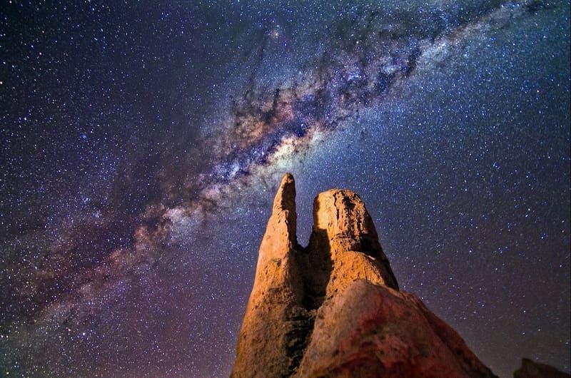 天の川と岩石と写真